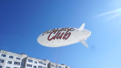 Светещ цепелин над казино Magic Club в Мусагеница