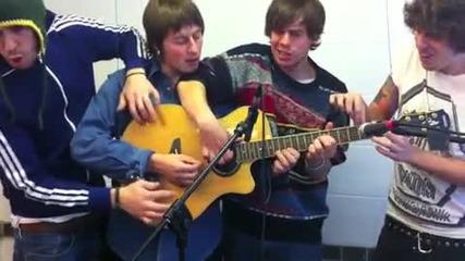4 момчета свирят на 1 китара