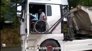 Професионален шофьор с инвалидна количка