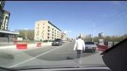 Ядосан баща скача на бой на шофьор, който за малко да блъсне семейството му на пешеходна пътека!
