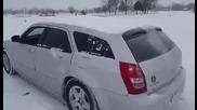 Ето как се чисти снега от кола с мощен бас