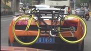 Рядка гледка , Ламборгини се движи по улица с колело на задната броня !