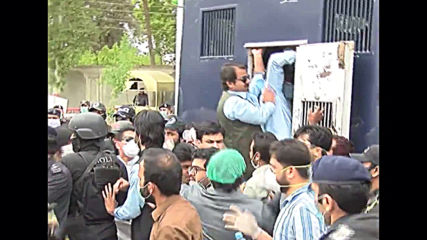 Pakistan: Police arrest doctors during protest over lack of equipment in fight against COVID-19
