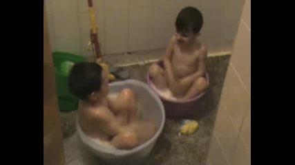 Дани И Джиджи В Банята