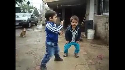 Тези малки пичове ще ви разбият от смях