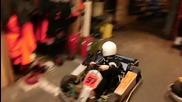 Момченце паркира картинг количка със стил