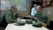Руски Войници играят на Лъжица