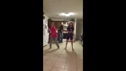 Кръшен баща танцува с дъщерите си