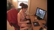 Момиче пърди докато играе компютърна игра! Смях!
