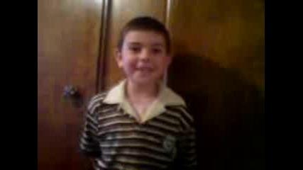 - 6 - годишен пее 2 много луди песни