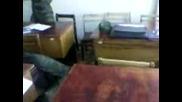 В казармата - Разбиване на глава със стол