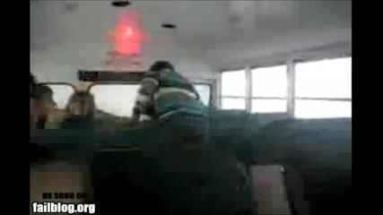 момиче се пребива в автобус :(