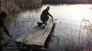 Руски рибари се опитват да отплават с понтон