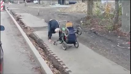 Смях ... Пиян руснак управлява детска количка !!!