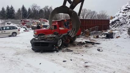 Кран разрушава Dodge Viper