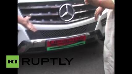Жена потроши кола на политик в Индия, след като бодигард ѝ намигнал