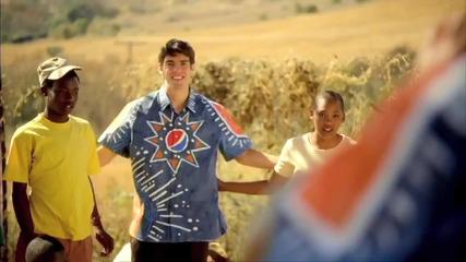Дрогба прави за смях Кака - реклама на Пепси