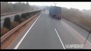 Шофьор на тир се опитва да спре свой колега ,който не подозира че е участник в катастрофа!