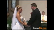 Човек губи панталони по време на сватбената церемония.