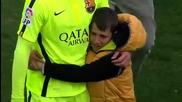 Дете прегръща идола си от Барселона