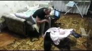 Котка умело защитава бебе от удар на човек