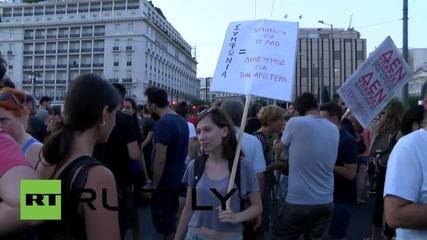 Гърция: Протестиращи изгориха знаме на Сириза след като Ципрас одобри програма