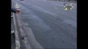 Бабуна на пътя едва не уби двама млади