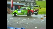 гледай как мотор се блъска в автомобил