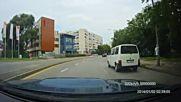 Шофьор си изхвърля цигарата през прозореца