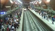 Една от новите метростанции в София- почти препълнена