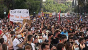 Spain: Thousands of Valencia FC fans demonstrate against club management