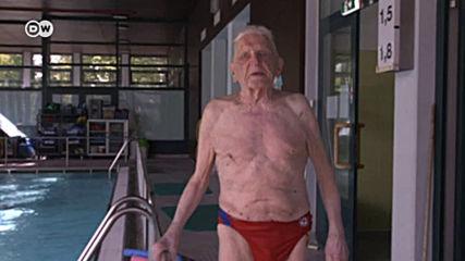Децата го обожават: 102-годишен учител по плуване