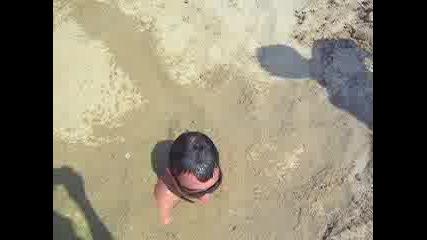 Наско Го Заливат С Вода На Плажа