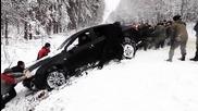 Хора помагат на шофьор да изкарат колата му от канавката