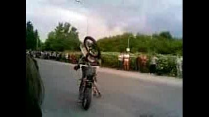 Моторист пада в публиката мотосъбор Русе