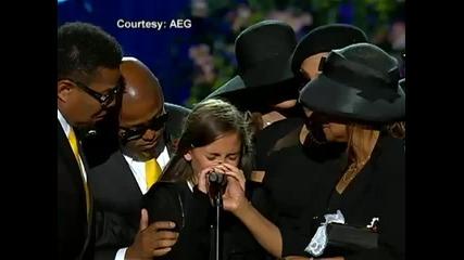 Тъжно дъщерята на Michael Jackson Paris Jackson се разплаква на сцената за последно сбогом с баща си