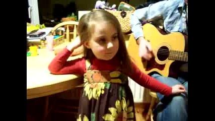 Малко момиченце пее