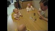 Татко е смешен , четиризнаци бебета се заливат от смях!