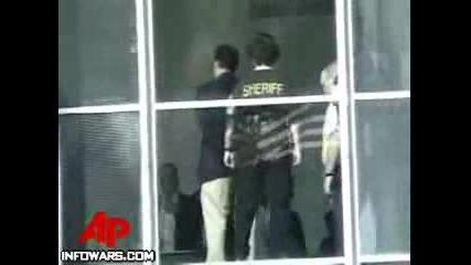 Полицаи Арестуват Стар Мъж