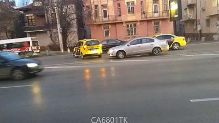 """От """"Моята новина"""": Такси прави обратен завой на """"Орлов мост"""" в час пик"""