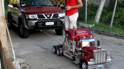 Малък камион тегли 4 тонова Кола