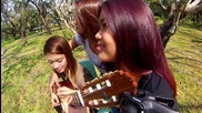 Три момичета свирят на една китара!