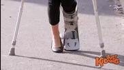 Смях ! Момиче със счупен крак пада от пейката в парка ! Скрита камера !