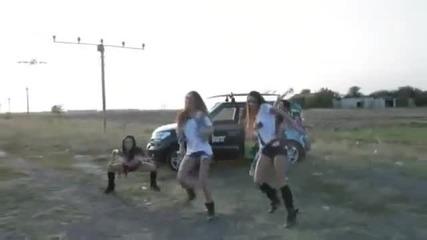 Момичетата танцуват докато Боинг 747 над тях минава и изпълнява фигурен пилотаж