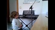 Малчуган на 2 годинки, пее блус