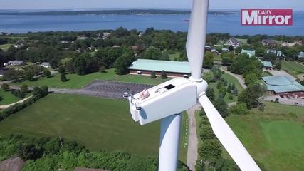 Любител на екстремни усещания прави плаж на 60-метрова турбина !