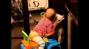 Бебок си играе с бултериер
