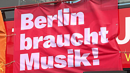 Germany: 'Berlin needs music' - classical musicians play surprise concert at Brandenburg Gate