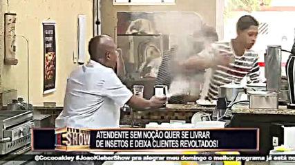 Смешна Скрита Камера - Pegadinha Toninho Tornado e Netto_ Atendente quer se livrar de insetos e deix
