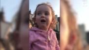 Малко момиченце вижда голям камион за първи път .